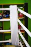 拳击台的角落是白色的 在背景中  图库摄影