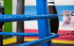 拳击台的角落是蓝色的 在背景中黑色 免版税库存图片