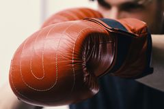 拳击和体育概念 运动员用在白色背景隔绝的皮革箱子设备 库存照片