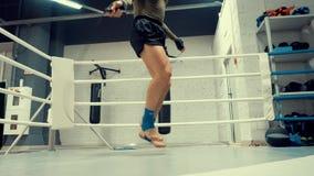 拳击手人在跳绳的跳跃训练锻炼在战斗俱乐部低角度视图 股票录像