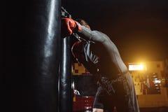 拳击手击中在健身房的速度袋子,训练震动 免版税图库摄影