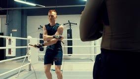 拳击手在马戏团的跳绳跳 训练与教练员的职业体育 影视素材