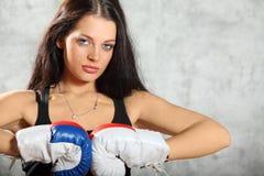 拳击手套姿势的性感的女孩 免版税库存图片