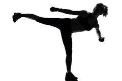 拳击手拳击kickboxing的姿势妇女 库存图片