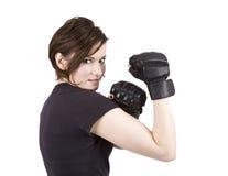拳击手深色的反撞力微笑的妇女 免版税库存照片