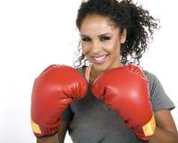 拳击手深色的女性年轻人 免版税库存图片