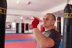 拳击手饮用水 免版税图库摄影