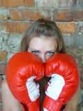 拳击红色女孩的手套 免版税库存照片