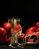拳击金黄杯子的手套 库存照片
