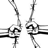 拳头和铁丝网 免版税库存照片