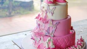 拳头蛋糕为庆祝洗礼4k桃红色sugarpaste夹心蛋糕设计的一个小的女婴生日没有人 股票视频