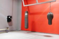 拳击大厅内部在一个现代健身中心 免版税图库摄影