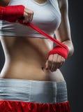 拳击妇女在训练前束缚在他的手上的绷带,细节照片 免版税图库摄影