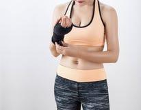 拳击妇女的身体局部 免版税库存照片