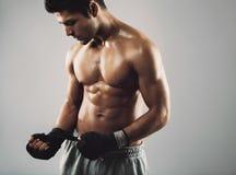 年轻拳击手为战斗做准备 库存图片