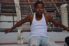 年轻拳击手坐马戏团哈瓦那古巴 库存图片