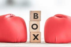 拳击手套和拳击标志 图库摄影