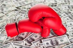 拳击手套和许多现金 免版税图库摄影