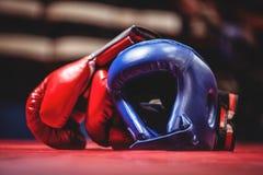 拳击手套和头饰在拳击台 免版税图库摄影