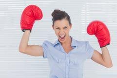 拳击手套欢呼的女实业家 免版税库存照片