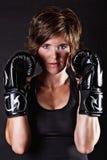 拳击手套的美丽的战斗机妇女 免版税库存照片