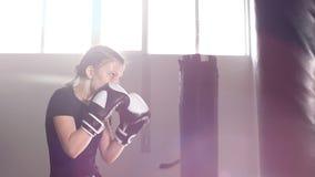 拳击手套的青少年的女孩制定出打击 慢的行动 股票录像