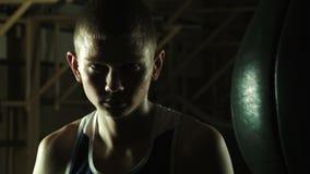 年轻拳击手的好斗神色 影视素材