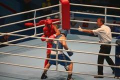 拳击裁判员做箴言给拳击手 库存图片