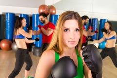 拳击aerobox在健身健身房的妇女画象 免版税库存照片