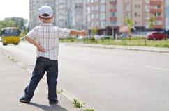 拴住乘驾的小男孩 免版税库存照片