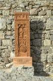 拷贝的khachkar从Jugha,雕刻在16世纪,被安装沿导致Geghard修道院的路  库存照片