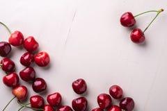 拷贝空间与词根的樱桃莓果在木白色背景和水下落顶视图 库存照片