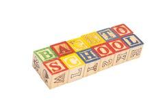 拼写回到学校的玩具木块 免版税库存照片