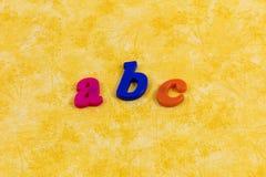 拼写字母表塑料信件消息的Abc学会乐趣 库存照片