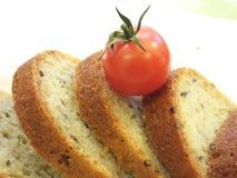 拼写沙粒面包切片用油麻和新鲜蔬菜 库存照片