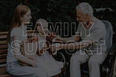 拼贴画家庭轮椅谈话的支持人 库存照片