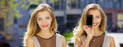 拼贴画,两名妇女包括她的面孔屏幕巧妙的电话 库存照片