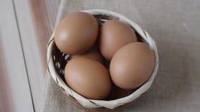 拾起从篮子的鸡蛋