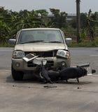 拾起卡车和摩托车事故 库存图片