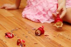 拾起圣诞节球的碎片女孩的现有量 免版税库存图片