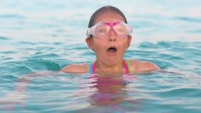 拾起在嘴的空气和潜水入水的潜水的面具的孩子 股票录像