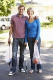 拾起在郊区街道的夫妇废弃物 库存照片