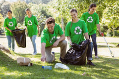 拾起垃圾的环境活动家 免版税图库摄影