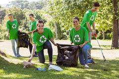 拾起垃圾的环境活动家 免版税库存照片