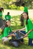 拾起废弃物的志愿者在公园 免版税图库摄影