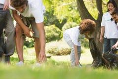 拾起废弃物的志愿者队在公园 免版税图库摄影