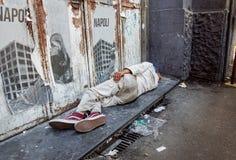 拿坡里,意大利2017年8月-13 :未认出的无家可归的人在市的边路睡觉那不勒斯 免版税库存照片