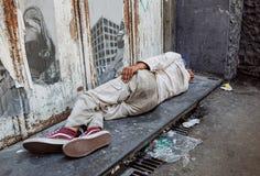 拿坡里,意大利2017年8月-13 :未认出的无家可归的人在市的边路睡觉那不勒斯 免版税库存图片