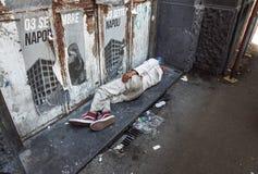 拿坡里,意大利2017年8月-13 :未认出的无家可归的人在市的边路睡觉那不勒斯 库存照片