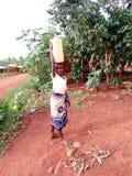 从拿来水的女孩 免版税库存图片